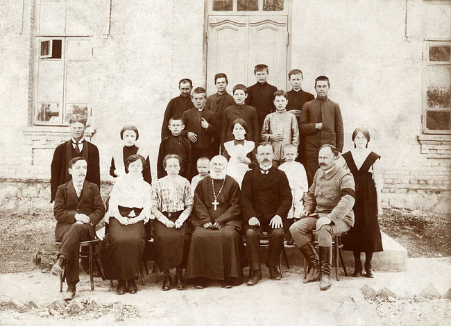 village school in Andrushivka. Count Michal Tyszkiewicz (1857–1930) is sitting to the right and to the left of him the main teacher Ostap Rechmedin (1877–1948)