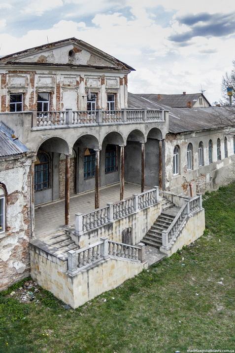 Главгный фасад дворца в Дашеве. Фото MadMax