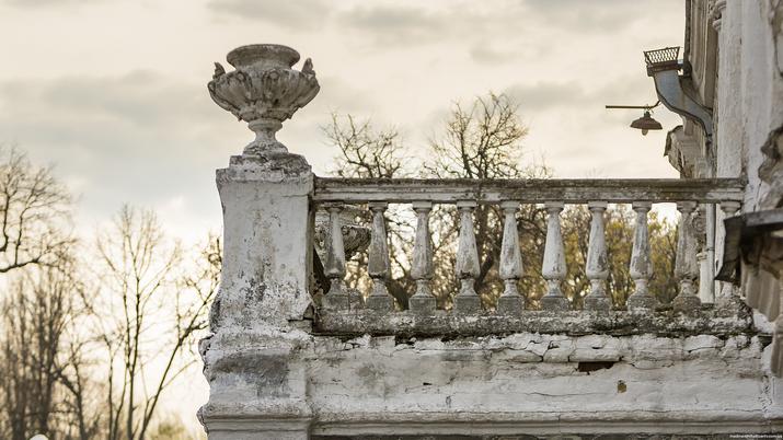 Старая Прилука. Ваза на балконе