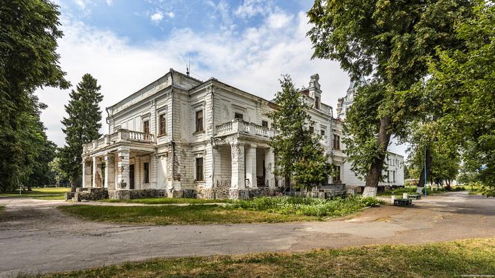Андрушевка, фасад с угла.