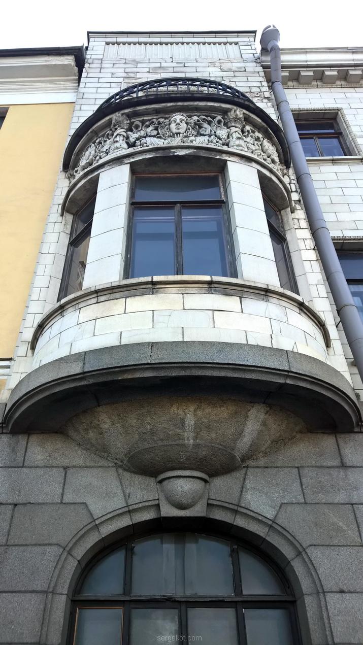 Дворец Михаила Александровича. Фасад. Левый эркер снизу--.