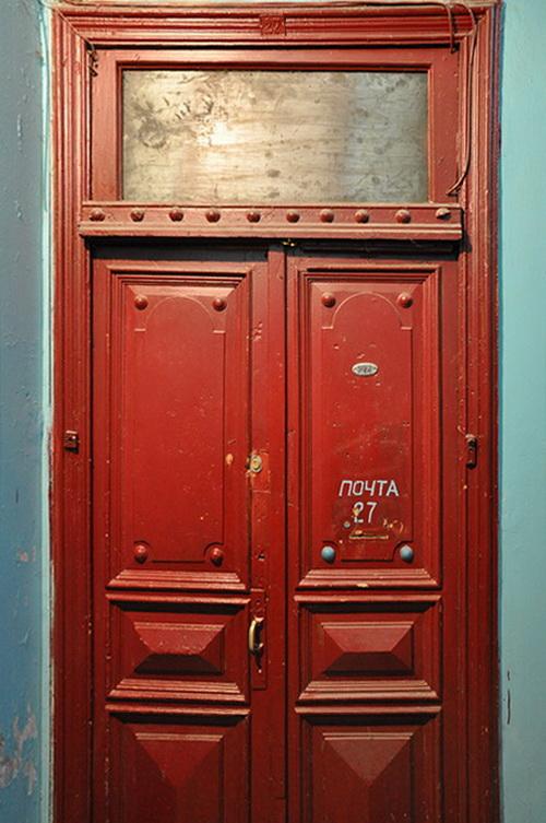 Нежинская 30. Двери в квартиру в одной из парадных дворового флигеля.