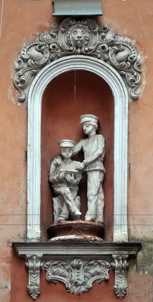 Нежинская 30. дом Щербакова. Статуи.