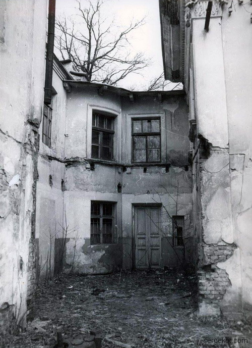 Ободовка. 1992, Часть заднего фасада.