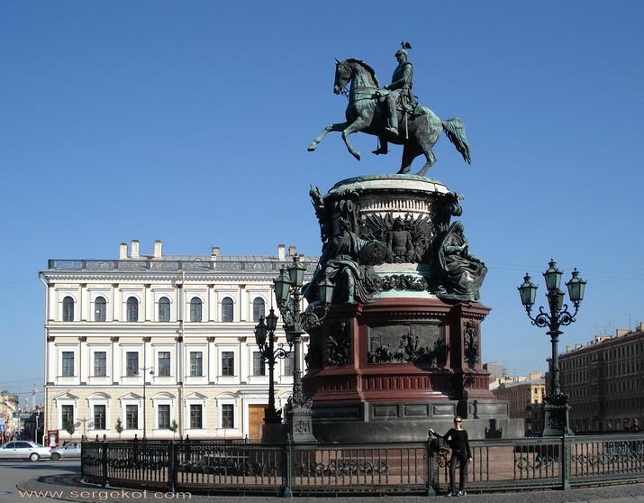 Памятник Николаю I, отцу Марии Николаевны перед дворцом