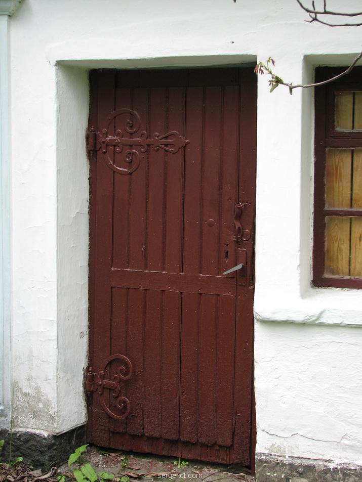 Печера. Дом возле костела. Дверь.