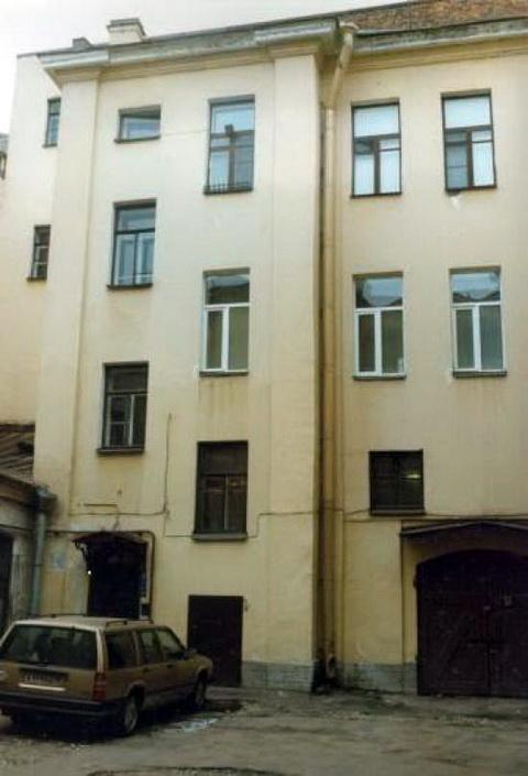Фрагмент фасада западного флигеля.