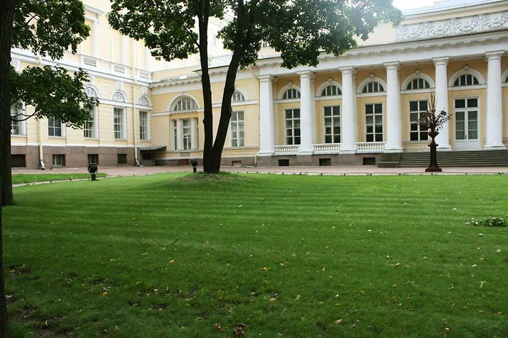 располагается в непосредственной близости от западного входа на ферму Мих. дворца, имеет небольшой уклон к аллее сада