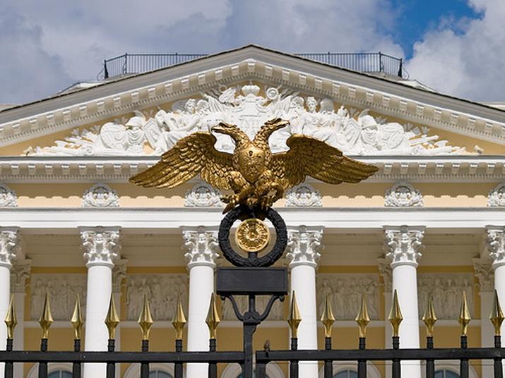 Михайловский дворец. Орел на воротах.