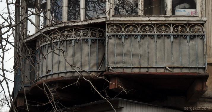 Княжеская 7. Решетка, балкон,