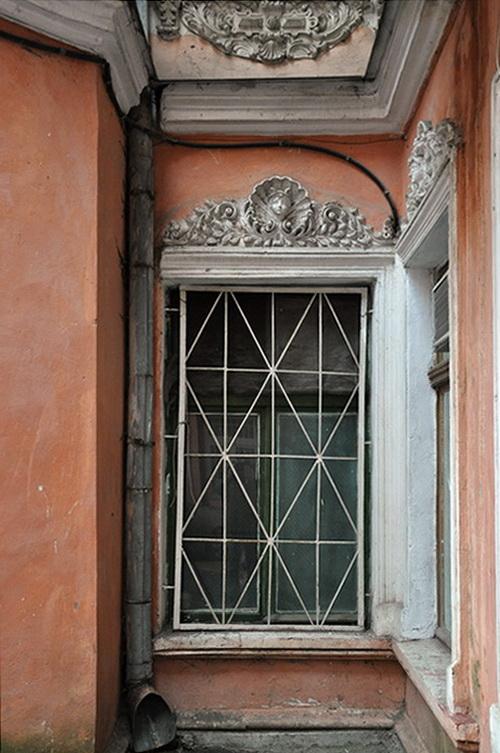 Нежинская 30. Двор, окно между флигелями.