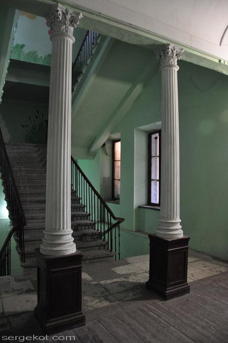Пушкинская 19, параднвя, колоны.