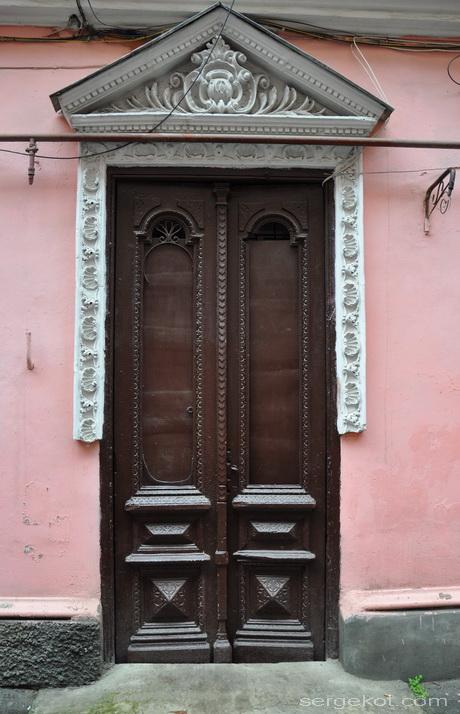Нежинская 30. Двор. Дверь.