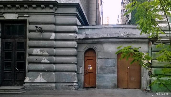 Пастера. Бессарабо-Таврический банк. Ворота и вход во двор.