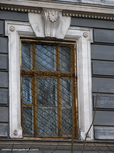 Валиховский переулок, окно первого этажа.
