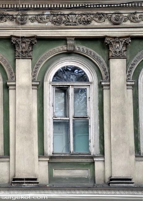 Пушкинская 19, окно второго этажа.