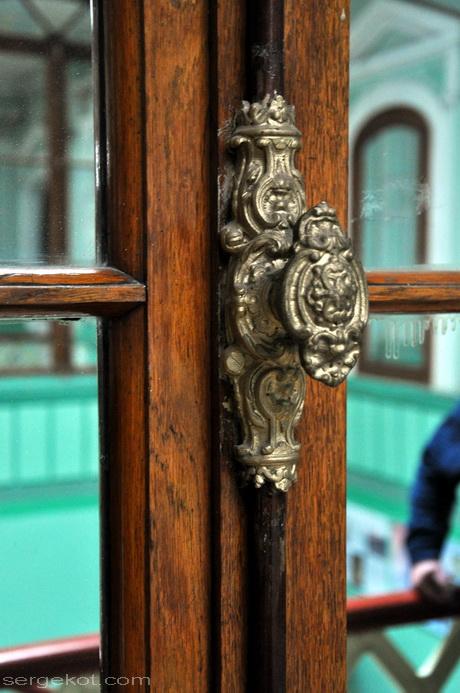 Одесса. Пушкинская 4, дом Маразли, Второй этаж, окно у лестницы.