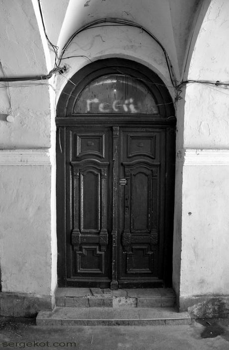 Одесса. Новосельского 84. Дверь в парадную в подъезде.