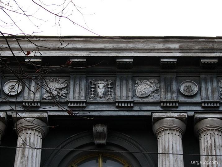 Валиховский переулок, 3. Фриз главного фасада.