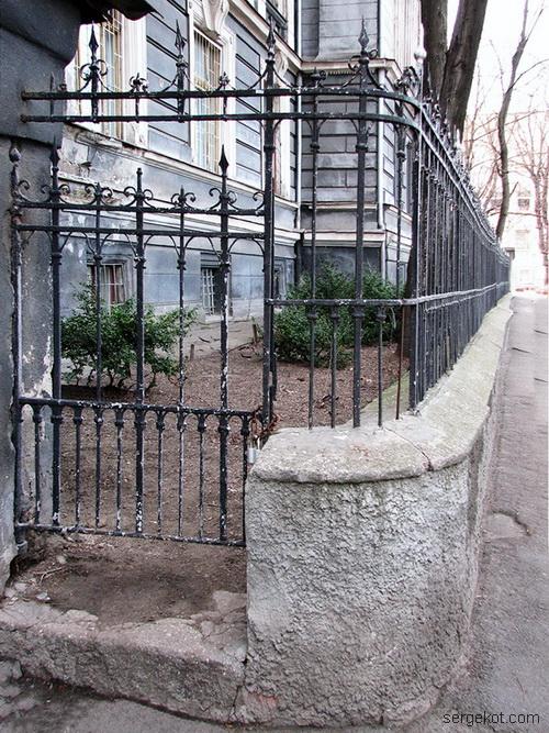 Валиховский переулок, 3. Ограда вдоль здания.