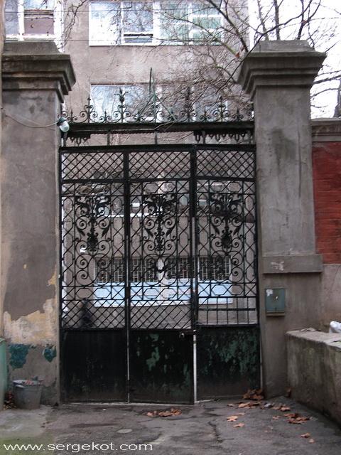 Институтская 7. Ворота.