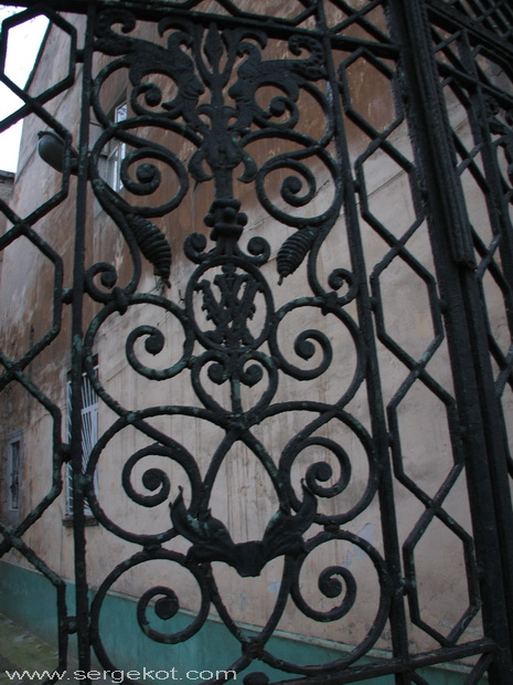 Институтская 7, решетка ворот.