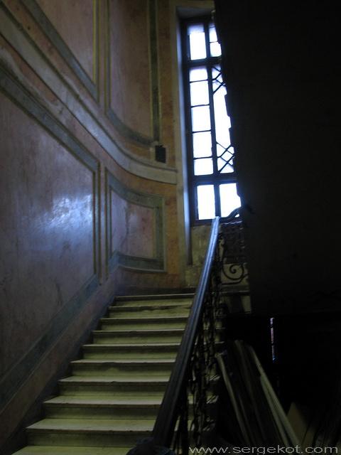 Институтская, 9. Лестница в парадной.