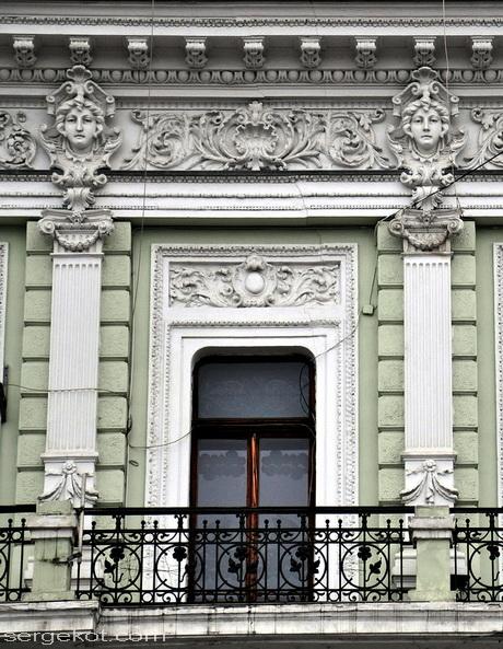 Одесса. Екатериненская площадь 6. Фриз, пилястры и балкон третьего этажа.