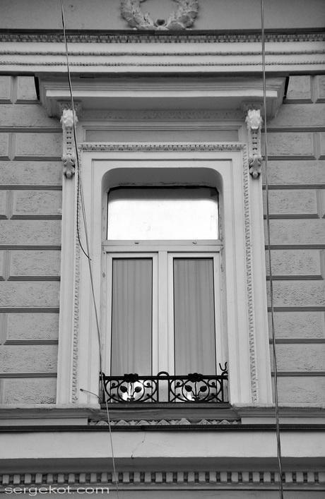 Екатерининская площадь 6. Дом Ждановой. Окно третьего этажа..