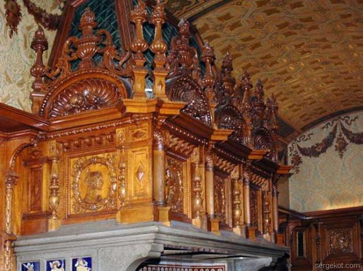 Владимирский дворец, Камин в столовой-