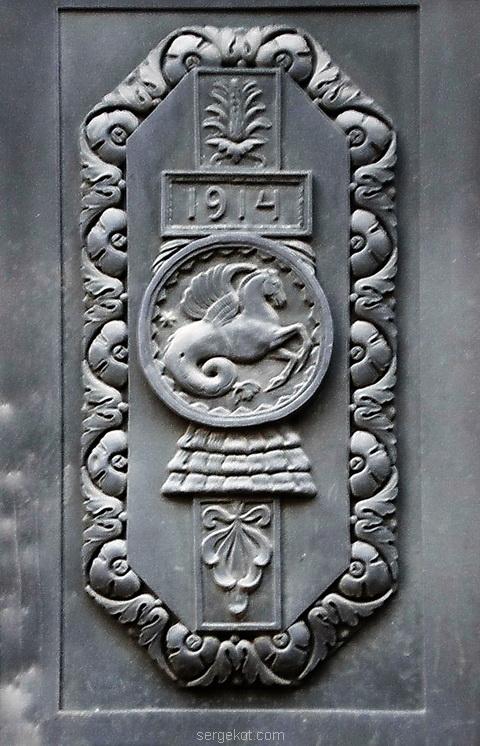 Медальон на двери банка