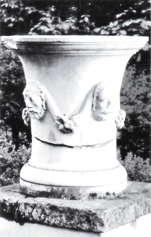 Немиров. Ваза с Дионисием в парке. 1977