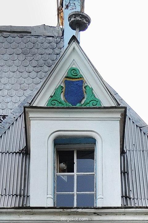 Мансардное окно левой башни