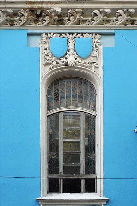 Окно, гербы и карниз