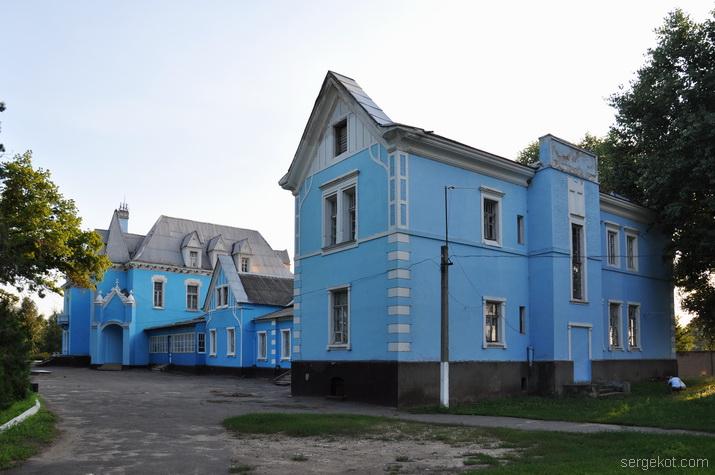 Общий вид на второй корпус дворца Куриса