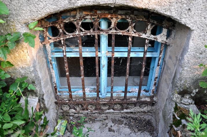 Окно цокольного этажа