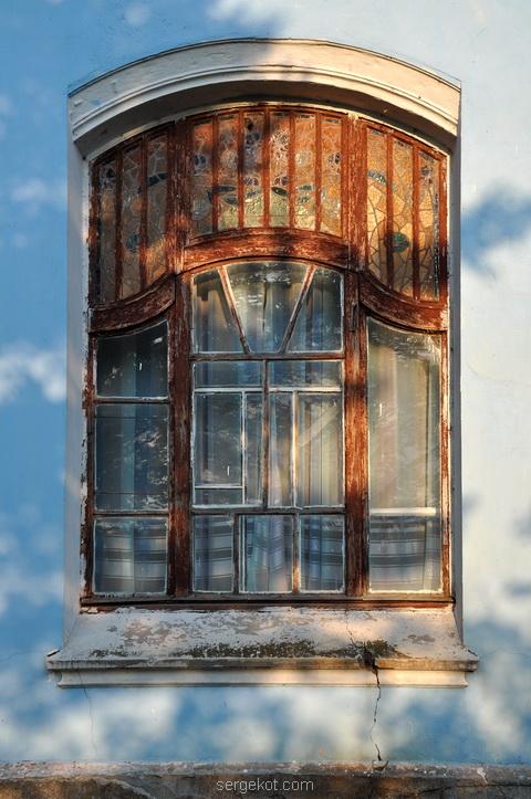 Большое окно трехгранного ризалита