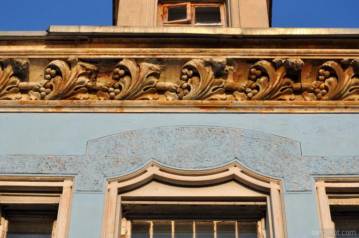 Карниз и сандрики окон над балконом