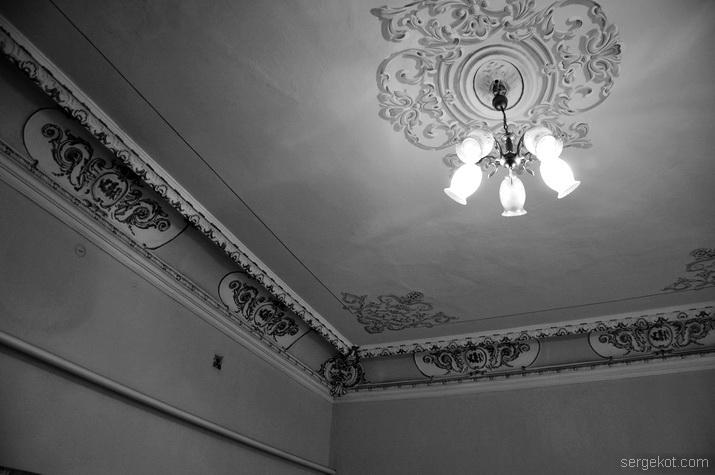 Потолок зала на втором этаже