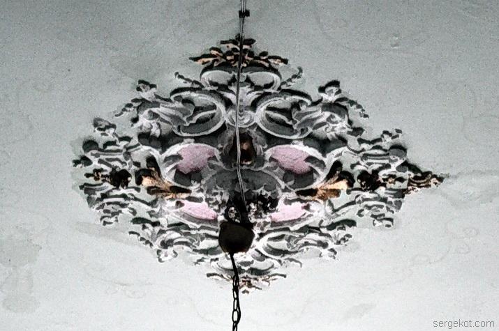 Розетка люстры в вестибюле второго этажа