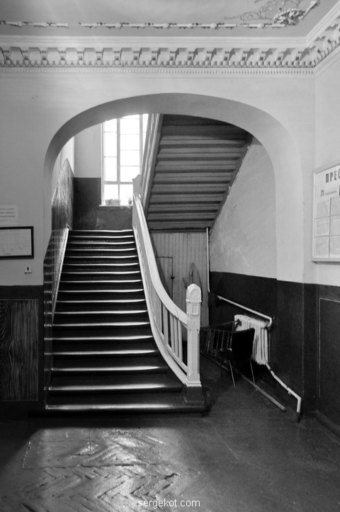 Общий вид на парадную лестницу дворца