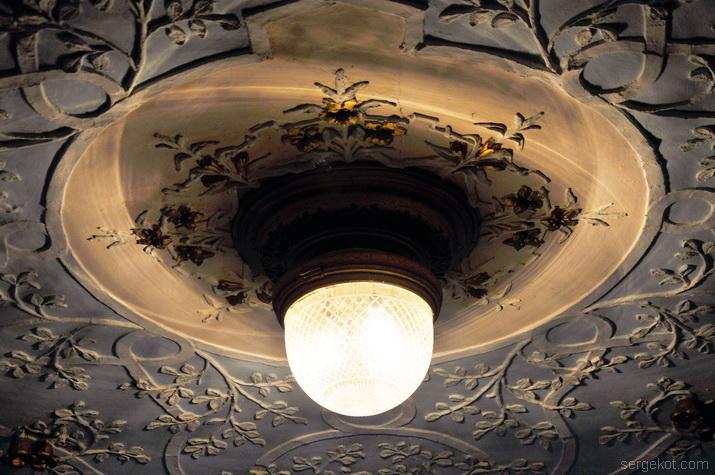 Люстра и потолок