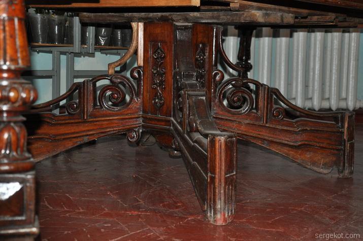 Крестообразные ноги стола.