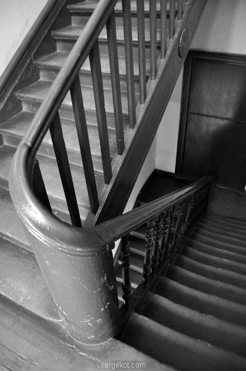 Перила между пролетами лестниц