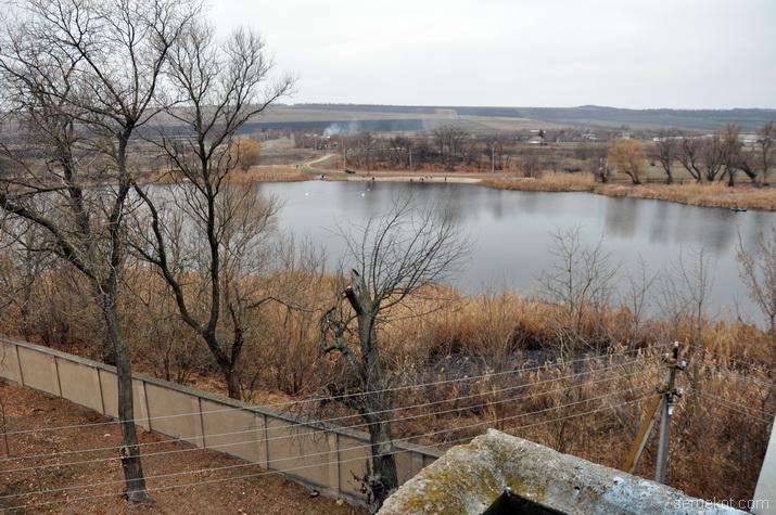Вид с балкона башни на пруд