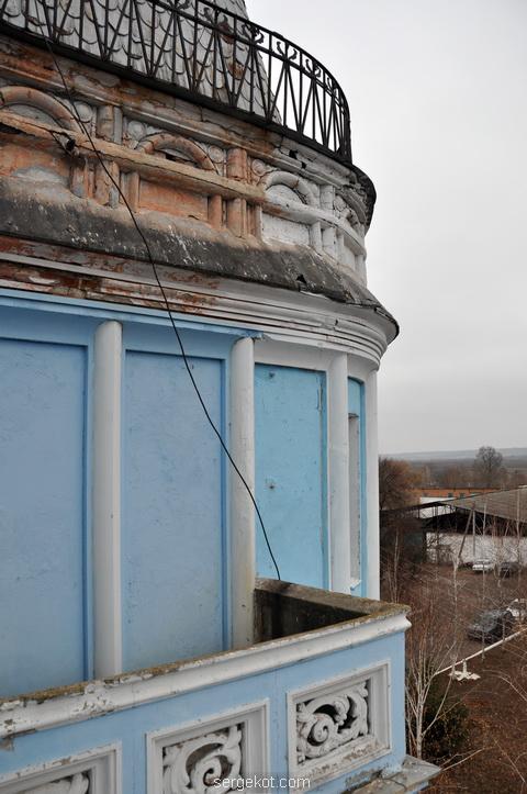 Балкон южного фасада дворца Куриса