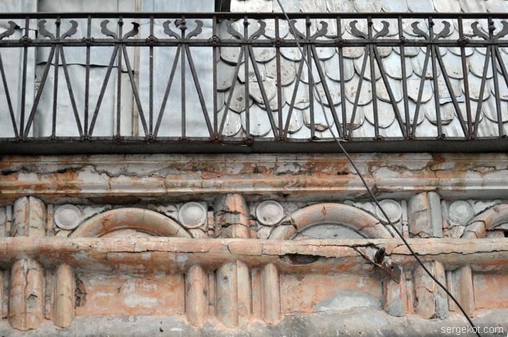 Ограда и фриз