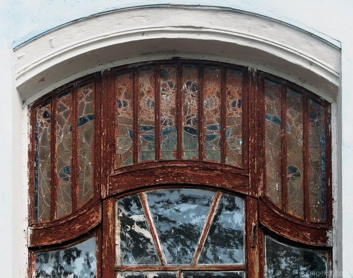 Витраж в трехгранном ризалите, главное окно