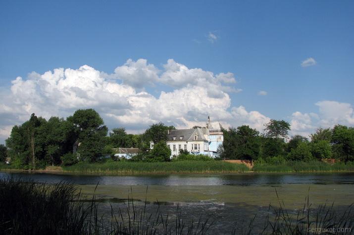 Дворец Куриса. Вид со стороны пруда.