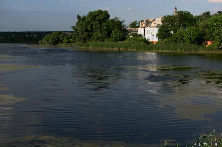 Дворец Куриса. Вид со стороны плотины